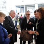 Manuela Vollmann, Rudolf Hundstorfer, Werner Binnenstein-Bachstein, Marc Pointecker und Judith Pühringer mit einer Tasche von tag.werk, die aus einer alten Lederjacke hergestellt wurde.