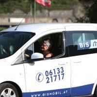 """Vor den Vorhang: Ältere Arbeitssuchende transportieren mit """"BIS Mobil"""" Personen mit Einschränkungen"""