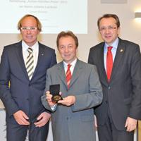 FOTO (mss/Vorlaufer) Der Präsident des Lions Club St. Pölten Stephan Rendl (links) und Bürgermeister Mag. Matthias Stadler (rechts) zeichneten am 3. Dezember Johann Lechner (mitte) mit dem Anton-Kalcher Preis aus.